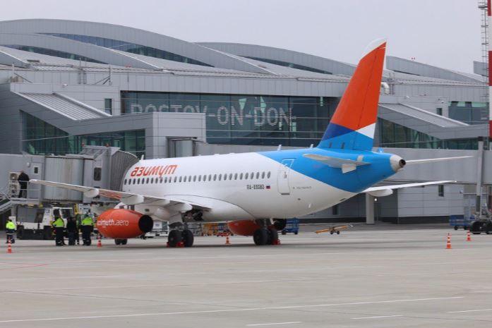 Самолёт авиакомпании Азимут в международном аэропорту Платов