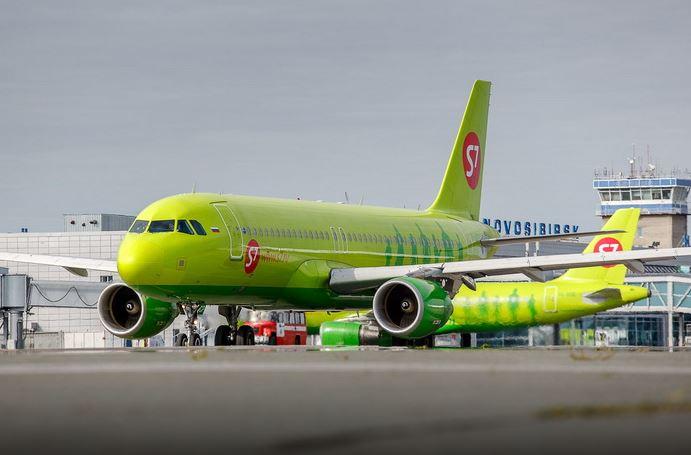 Самолёт авиационной компании S7 Airlines в Новосибирске