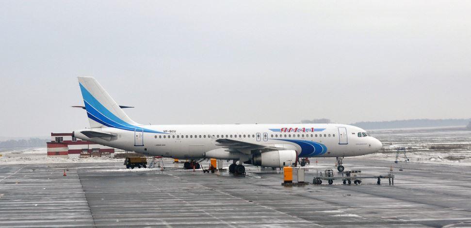 Самолёт авиакомпании Ямал в международном аэропорту Уфа
